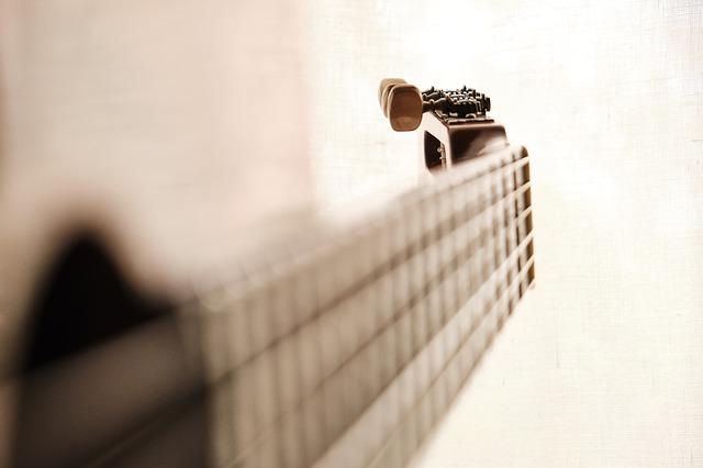 saiten aufziehen bei einer gitarre